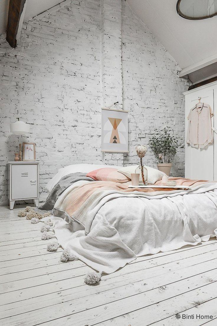 Pastel slaapkamer inspiratie met een wit bakstenen muur