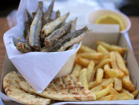 Η επιτυχημένη παρουσία του στο Γκάζι επαναπροσδιόρισε το street food συνδυάζοντας μοναδικές γευστικές επιλογές σε κρέας και ψάρι. Και αφού «τάραξε τα νερά» στο χώρο του ποιοτικού street food, σερβίροντας casual γευστικές προτάσεις με κρέας και ψάρι είναι έτοιμο να συνοδεύσει «γευστικά» κάθε στιγμή των διακοπών μας!