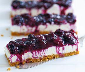 Ingen tackar väl nej till en bit cheesecake med citronsyrligt blåbärstäcke. Den här går snabbt att göra och kräver ingen ugn. På bilden är cheesecaken bakad i en avlång form men här är receptet anpassat till en vanlig rund form med löstagbar kant.