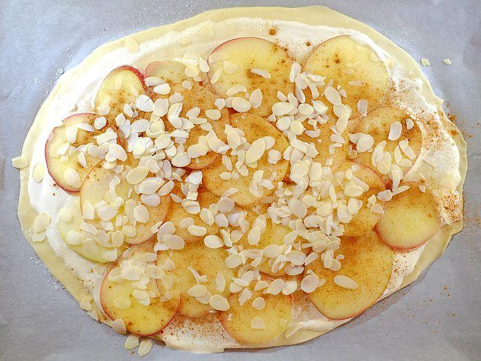 Zoete Flammkuchen met appel, kaneel en amandelschaafsel