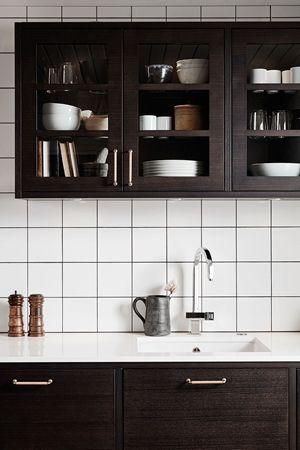 Ballingslövs kökslucka Bistro i färgen ask brunbets. Ett brunt kök i modern tappning. Vitrinskåp med synlig förvaring. | Ballingslöv