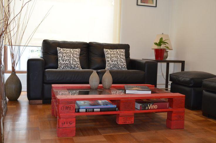 mesa de centro roja hecha con pallet reciclado