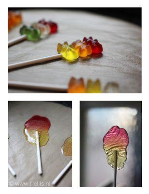 Met de kindjes zelf lolly's maken is simpel en erg leuk! Kies je favoriete gummibeer kleuren, een stuk of 3 is genoeg voor een lolly. Leg de beertjes strak tegen elkaar aan en stop ze in een voorverwarmde oven op 150 graden. Na 5 minuutjes zijn de gummieberen gesmolten. Na een korte afkoel periode heb je je eigen lolly gemaakt!