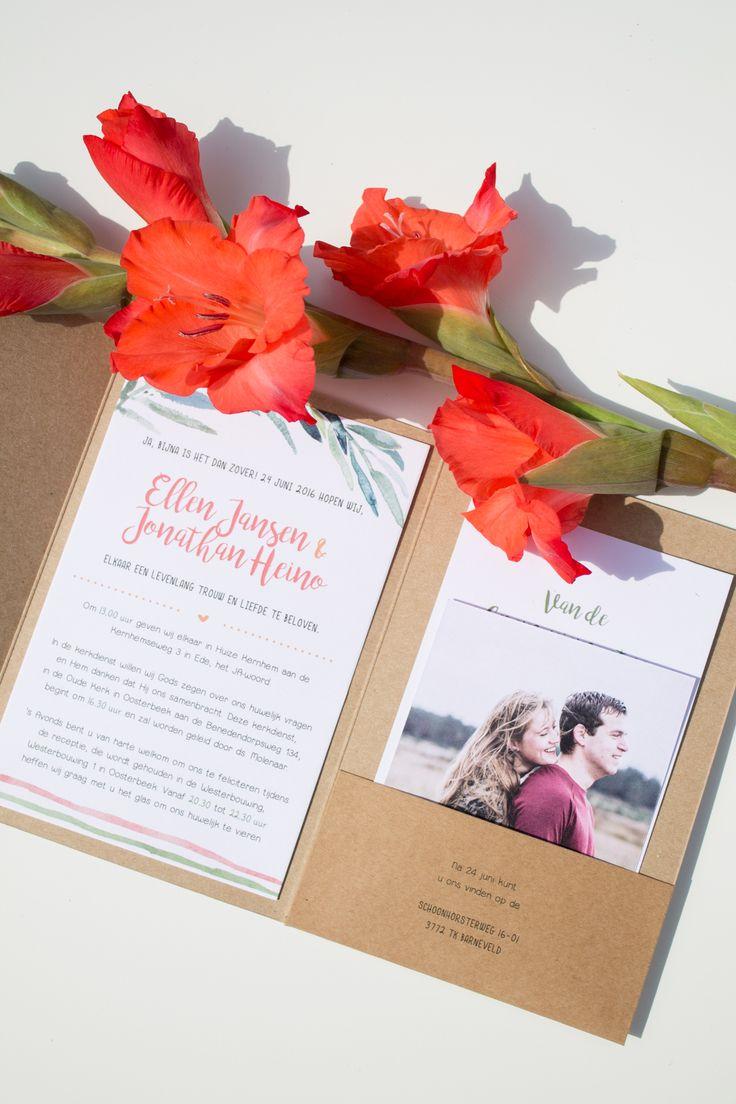 Trouwkaart van Ellen & Jonathan. Een pocketfold van kraftpapier met sprekende groene, oranje en rode kleuren - Ontwerp door: www.leesign.nl #trouwkaart #stationery #leesign #pocketfold #weddingstationery #kraft #kraftpapier #cards #wedding #bruiloft #trouwen