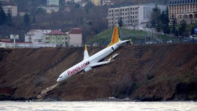 Yikes: Passenger Plane Skids Off Runway In Turkey, Comes To Rest On Cliff   These are several shots of a Pegasus Airlines Boeing 737 that careened off the runway and down a muddy cliff while landing at Trabzon Airport in Tur... http://drwong.live/weird/yikes-passenger-plane-skids-off-runway-i-php/