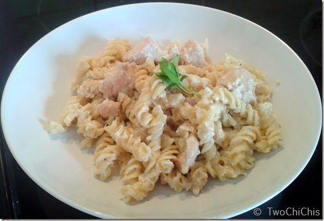 Μακαρόνια με κοτόπουλο και λευκή σάλτσα. Pasta with chicken and white sause