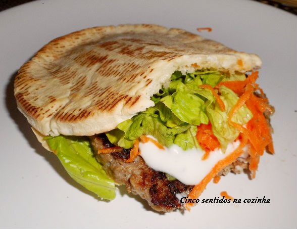 Cinco sentidos na cozinha: Pão pita com hambúrguer e molho de alho