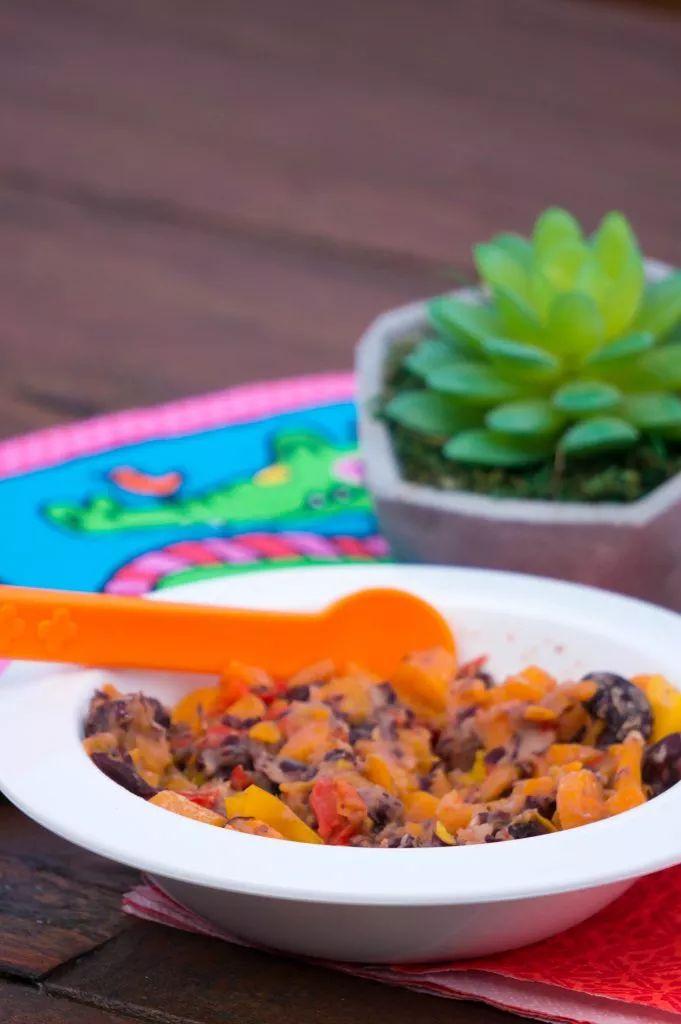 Bonen in babyvoeding verwerken kan met dit recept voor bonen fiesta. Een babyhapje wat voor alle kinderen lekker is met wat rijst en tortilla's.