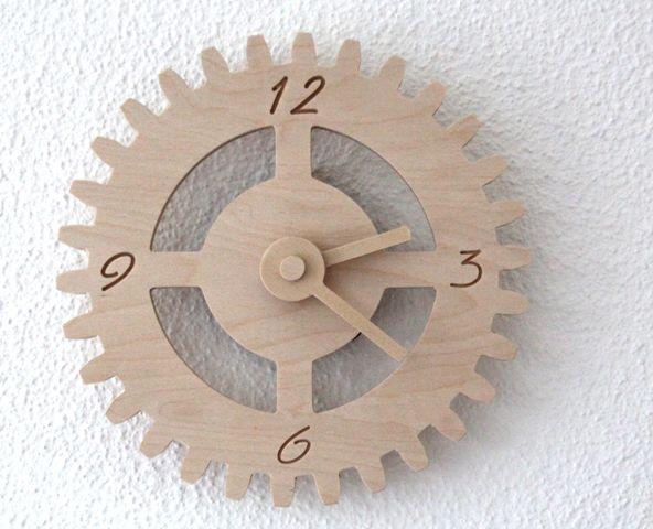 Houten klok in de vorm van een tandwiel.