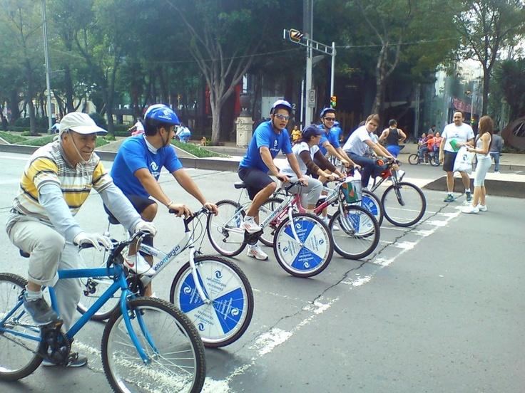Ruleta con premios montada en llanta de bicicleta. Activaciones en el ciclotón de Paseo de la Reforma México, D.F.