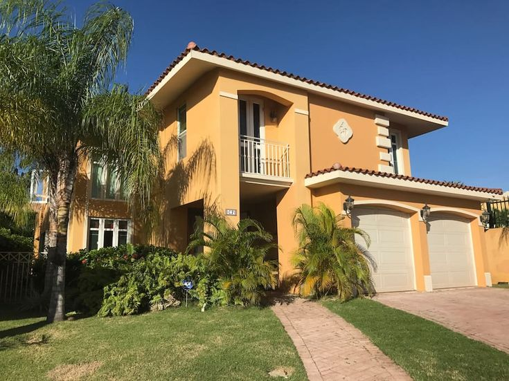 Villa in Dorado, Puerto Rico. Beautiful Spanish-style villa near beaches and golf in one of PR's most exclusive gated communities. The property is fully equipped, remodeled and furnished with Italian granite counter-top, stainless steel appliances, dishwasher, microwave, oven,...