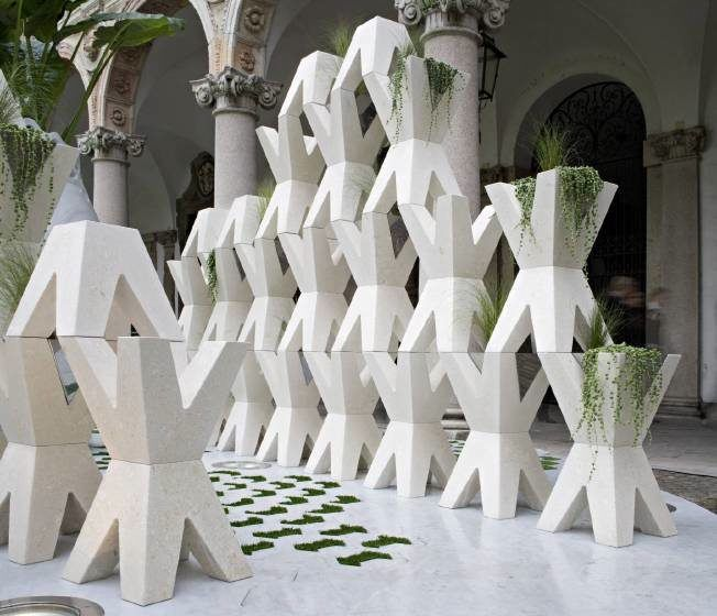 """Grassi Pietre hat den geometrischen """"Zaun"""" aus Stein produziert."""