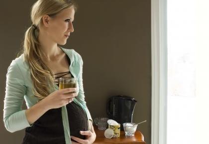 Los antojos son algo permanente en el embarazo de cualquier mujer, incluso sus parejas llegan a experimentar esta sensación. Aquí te decimos cuáles son los mitos y realidades entorno a esto. Expertos en salud, reconocen que los antojos sí son reales, debido a que éstos se presentan por los cambios hormonales, carencias alimenticias o necesidades psicológicas.