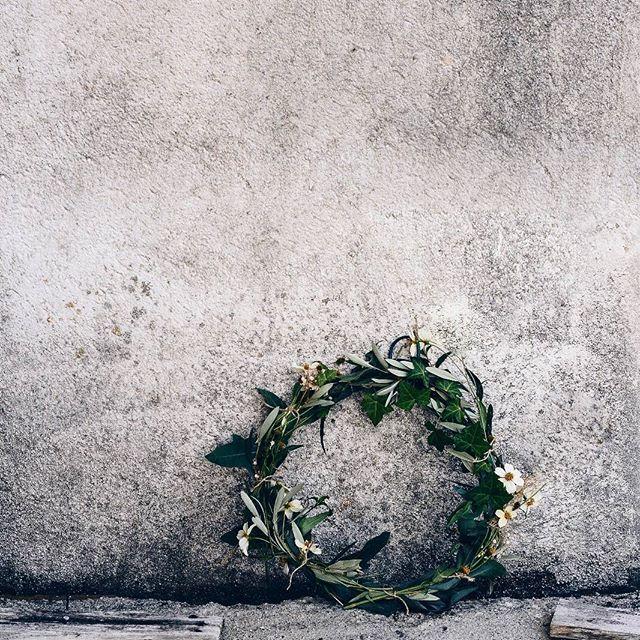 Christmas wreath ••• Ya estoy en modo navidad.  Ayer hice esta preciosa corona de navidad,  con diferentes tipos de hojas y flores.  La verdad esque es un decorativo que hay que ir preparando cada cierto tiempo ya que se estropea con facilidad.  La ventaja es que es super fácil de hacer y encontraréis todos los materiales a mano,  ya sean hojas de un parque,  flores que tengas plantadas... #bakealvarolooks