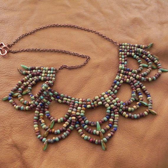 Este collar presenta terrosos, orgánicas Picasso rocallas en blues, marrones y verdes, con pendientes de perlas de daga, verde y marrón. El babero