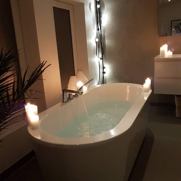 Endelig helg!☺️På tide å slappe av og nyte et varmt bad? @ritaarntzen har skjønt det, og koser seg i sitt lekre badekar fra @vikingbad.no👌🛀Ps: Vi vil gjerne se badet ditt! Merk dine baderomsbilder med #mittbademiljø 😊 #bademiljø #baderomsinspo #vikingbad #endelighelg