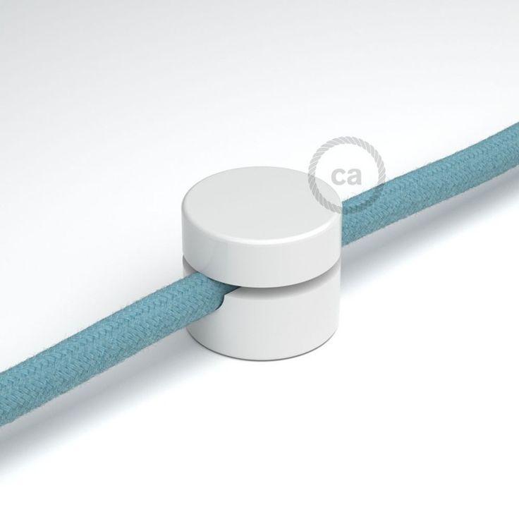Le support universel pour le passage du câble textile blanc c'est l'accessoire indispensable pour fixer à mur ou au plafond les câbles électriques recouverts en tissu. Ce petit accessoire vous permettra de dessiner avec les couleurs de nos câbles le parcours le plus adapté ou le plus amusant et créatif. Adapté aux câbles de section maximum 8mm et il est parfaitement compatible avec tous nos câbles pour éclairage recouvert en tissu. L'emballage comprend la vis et la cheville au mur...