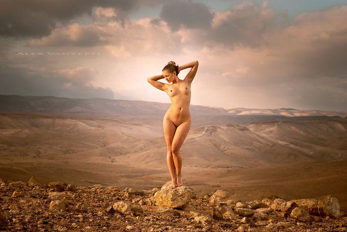 Art print; Alex Bartolomeo Vanzetti - Venus of the Judean Desert - 2012  Afmeting: 50 x 78 cm.Conditie: goed.De foto is bedekt met een dun laagje van kleurloze vernis mat. Dit zorgt voor een nog langere opslag NAT af te vegen weg stof en het ontbreken van reflecties.Oorspronkelijke teken op het tweede formaat voor de poster in de linker beneden hoek. Foto is genomen in de Judean Desert in de buurt van Masada tempel in 2012 IsraëlAfdrukken 2017. Dit beeld maakt deel uit van een serie genaamd…