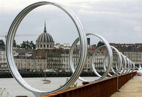 Les anneaux de Buren, sur le quai des Antilles, le long du Hangar à bananes, une oeuvre qui participe de l'image de Nantes à l'étranger.