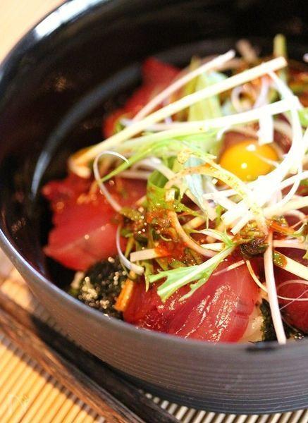 切って、たれを混ぜるだけの火を使わない簡単丼。ピリ辛が食欲を増進させます。