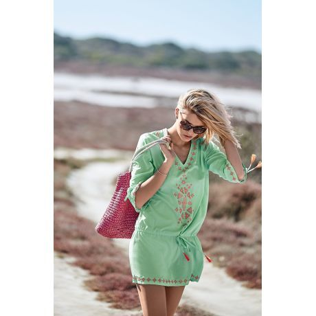 Leichtes Sommerkleid im folkloristischen Stil.
