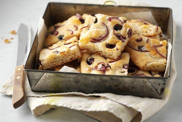 Focaccia on pinnasta rapea ja sisältä pehmeä leipä. Leipää maustaa sipuli ja oliivit. Tarjoa tuoretta focacciaa keittojen tai salaattien kanssa. http://www.valio.fi/reseptit/punasipuli-oliivi-focaccia-1/