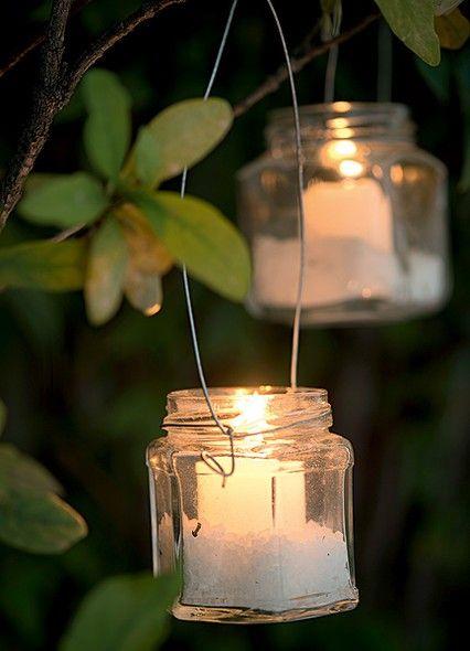 As lanternas de pote de geleia feitas pelo ateliê La Calle Florida têm alças de arame e sal grosso no fundo. Elas podem decorar qualquer festa