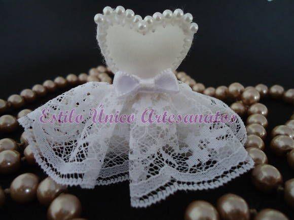 Chaveiro ou imã, vestido de noiva, em eva,com enchimento, bordado, com saia de renda bem franzida, busto trabalhado com pérolas, detalhes em fita de cetim.