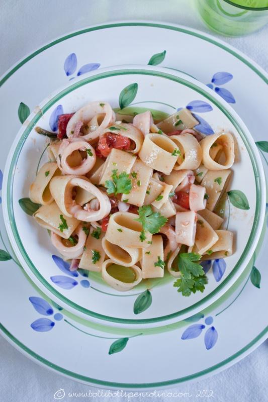 ricetta calamarata della costiera amalfitana su piatto Caleca decoro Amalfi