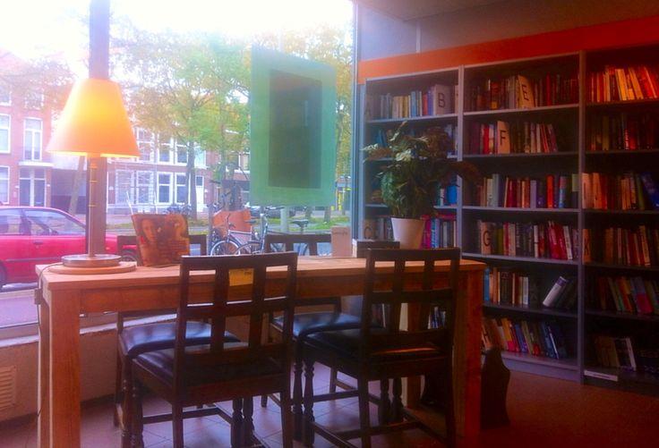 Winkelbeeld afdeling boeken 'leestafel'
