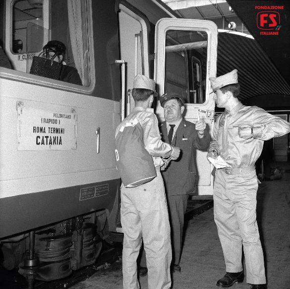 Sezione diretta per Catania del Rapido Peloritano, con automotrice elettrica ALe 601, in partenza da Roma Termini (1965)