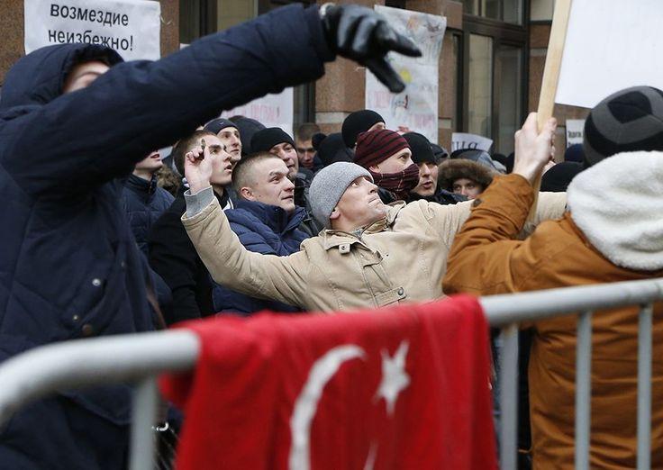 Venäläiset mielenosoittajat heittelivät kiviä Turkin suurlähetystöön keskiviikkona.