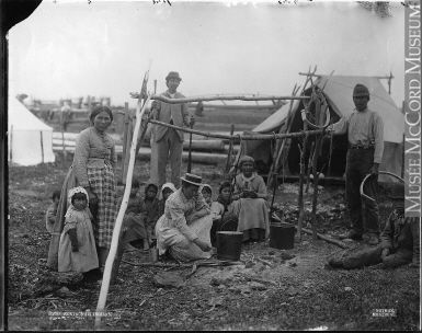 Groupe Montagnais, Lac Saint-Jean, QC, vers 1898 Wm. Notman & Son Vers 1898, 19e siècle Sels d'argent de sur verre - Plaque sèche à la gélatine (. Pas zone ou les gens de Bottineau, mais je respecte la pose de la femme d'allumer le feu, et me donne une image de sa mère)