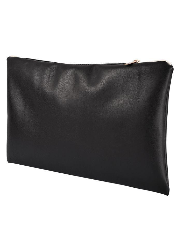 The Black Seal è una pochette in Ecopelle di altissima qualità con chiusura a zip dorata, foderata internamente con tessuto Ottoman color panna, completamente realizzata a mano