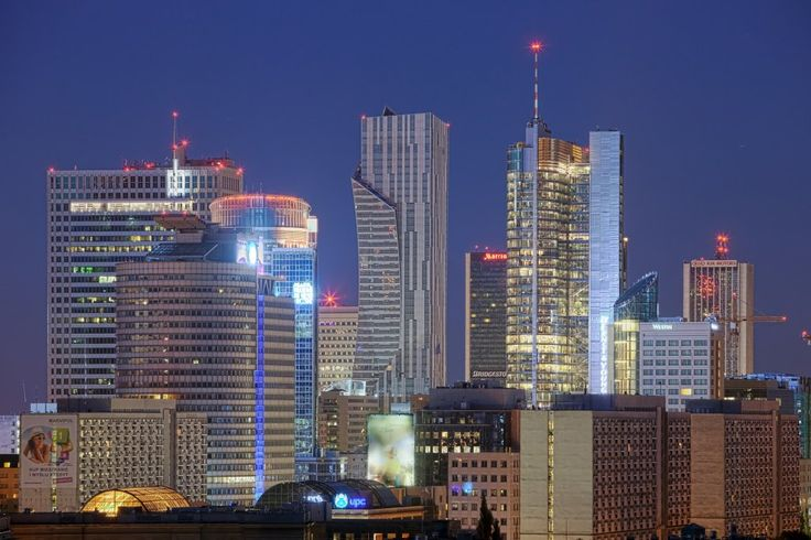 Nocna panorama warszawskich wieżowców. Od lewej m.in. Warsaw Financial Center, wieżowiec PZU, Złota 44 Hotel Marriott i Rondo 1, fot. Maciej...