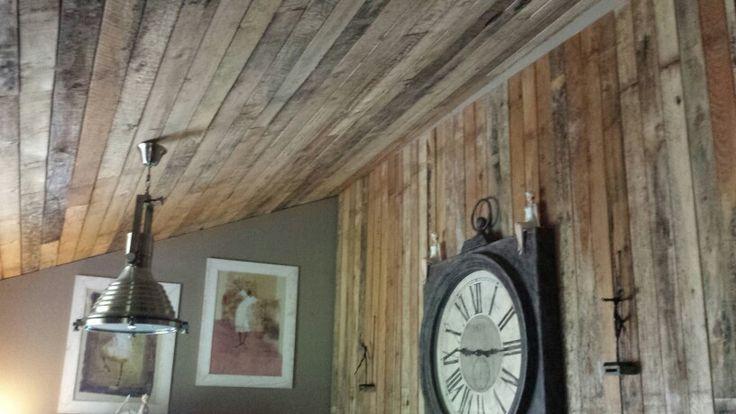 Mur et plafond fait avec des voliges salon - Mur interieur en volige ...