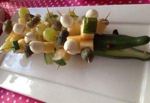 crocodile van komkommer,kaas,mini mozarella druiven en auguruk..