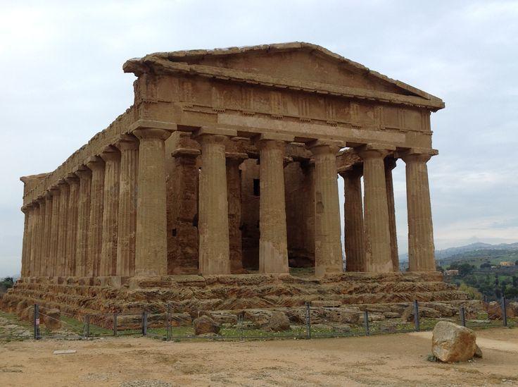 Esempio di tempio periptero: tempio della Concordia; V secolo a.C.; Agrigento, Sicilia.