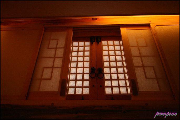 무형문화재가 만든 아름다운 창과 문-청원산방 창호(窓戶)란 창과 문(windows and doors)을 말한다. 모든 집에는 반드시 창과 문이 있어야 한다. 현대식건물은 창문에 유리를 끼우지만 전통한옥은 유리를 사용하는 경우에도 반드시 창호지를 붙였다. 이 창호를 어떻게 만드느냐에 따라 그 집의 품격이 달라진다. 왕궁과 고찰의 창호는 거의 예술작품으로 보일 정도로 그 디자인이 일품이다. 집을 짓는 무형문화재는 두 종류가..