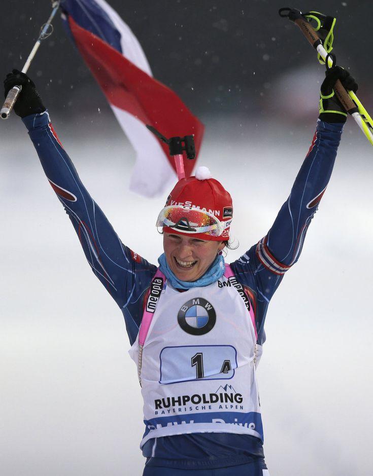 Veronika Vítková v cílové rovince mává českou vlajkou, v Ruhpoldingu dovezla štafetu k dalšímu triumfu