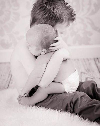 Quem resiste a um abraço desses? O momento gracioso entre os irmãos deixou no álbum do bebê uma lembrança para fazer os pais se emocionarem sempre