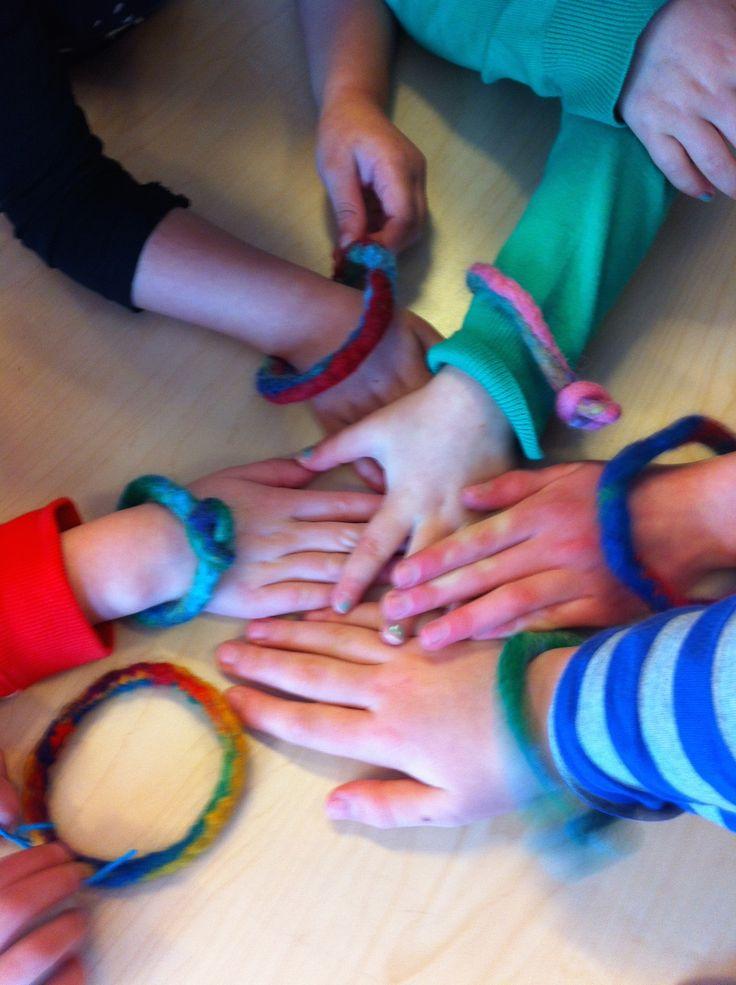 armbanden vilten met de kinderen