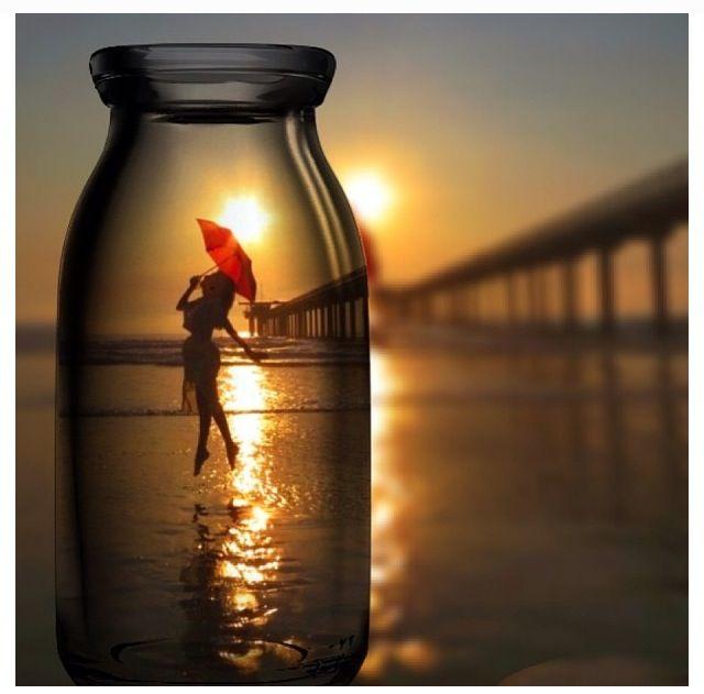 Fotografia original, feta a una platja, on es superposa un envàs de vidre i al…