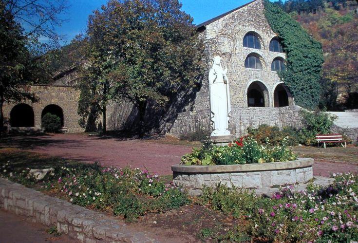 Pálosok temploma, Szűz Mária - Világ Királynője szobor.