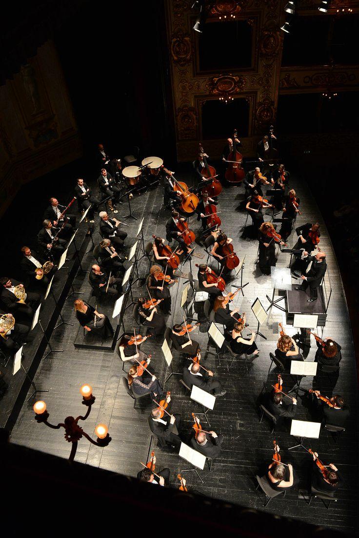 Il M° Gaetano d'Espinosa e la Filarmonica Arturo Toscanini (Ph. Roberto Ricci)
