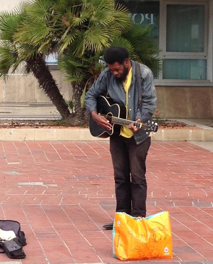 """Bout de #Montpellier : """" Le black du Polygone """" depuis des années il est là ...Et avec ses airs de guitare il est devenu une légende de #Montpellier"""