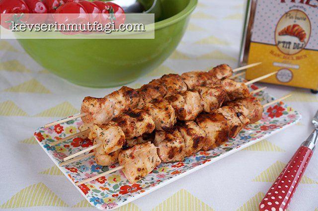 Tavuk Izgara Tarifi - Malzemeler : 2 adet bütün tavuk göğsü, 1 tatlı kaşığı domates salçası, 2 yemek kaşığı süt, 1 çay kaşığı kuru nane, 1 çay kaşığı kekik, 1 çay kaşığı pul biber, Tuz.