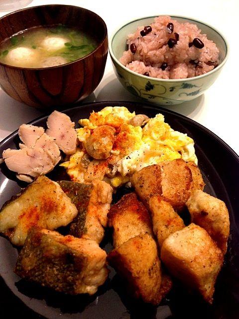 旦那ちゃんごはんです - 19件のもぐもぐ - 鶏胸、鮭、鱈のバターソテー マッシュルームエッグ つみれ汁 お赤飯 by prismingDELTA