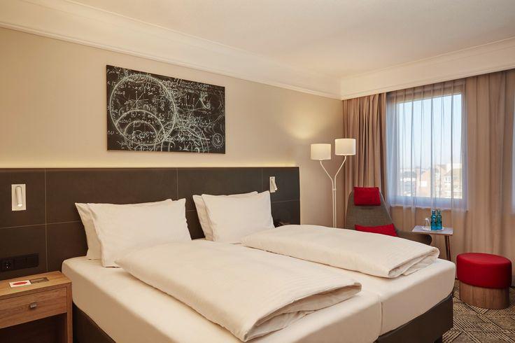 Blick in eines der Standardzimmer - Bett   H4 Hotel Hannover Messe