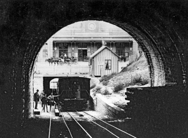 Entre 1877 et 1879, seul le funiculaire Lausanne-Ouchy (LO) fonctionne. Cette photo montre la station Sainte-Luce, rebaptisée plus tard Gare CFF, avec la place prévue pour le Lausanne-Gare (LG) vide.